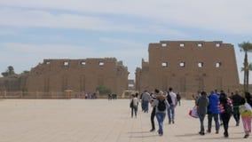 La gente che cammina davanti alla costruzione storica video d archivio