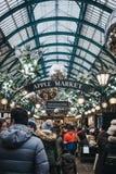 La gente che cammina dentro il mercato decorato con le decorazioni di Natale, Londra, Regno Unito di Covent Garden immagine stock