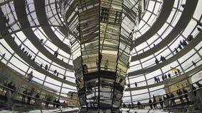 La gente che cammina dentro la cupola di Reichstag a Berlino, Germania (lasso di tempo) stock footage