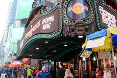 La gente che cammina dopo Hard Rock Cafe, Times Square, NYC, 2015 Fotografia Stock