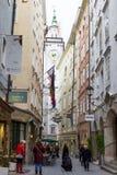 La gente che cammina e che compera alla strada dei negozi storica nel centro di Salisburgo Immagini Stock