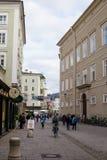 La gente che cammina ed alla strada dei negozi storica nel centro di Salisburgo Fotografia Stock Libera da Diritti