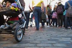 La gente che cammina a Edimburgo fotografia stock libera da diritti