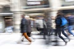 La gente che cammina, effetto dello zoom Fotografie Stock Libere da Diritti