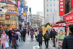 La gente che cammina giù agitarsi la via di Myeongdong, destinazione turistica popolare immagini stock libere da diritti