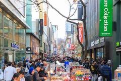 La gente che cammina giù agitarsi la via di Myeongdong, destinazione turistica popolare fotografia stock libera da diritti