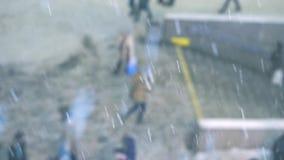 La gente che cammina giù il marciapiede nella neve Le precipitazioni nevose video d archivio