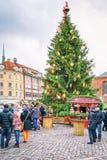 La gente che cammina intorno al mercato di Natale alla cattedrale di Riga quadra Fotografie Stock Libere da Diritti