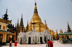 La gente che cammina intorno alla pagoda di Shwedagon in Rangoon Immagini Stock Libere da Diritti
