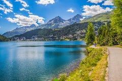 La gente che cammina lungo il lago Sankt Moritz in alpi svizzere Fotografia Stock Libera da Diritti