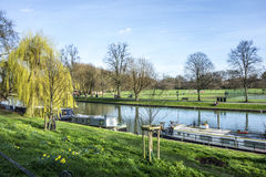La gente che cammina lungo la camma del fiume con le case galleggianti a Cambridge Fotografia Stock Libera da Diritti