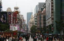 La gente che cammina lungo la strada di Nanchino, Shanghai Immagini Stock Libere da Diritti