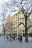 La gente che cammina lungo la via di Swanston a Melbourne nell'inverno Immagine Stock