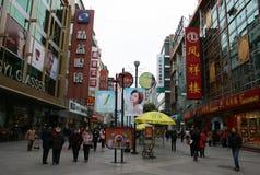 La gente che cammina lungo le strade dei negozi di Chengdu Fotografia Stock