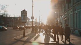La gente che cammina lungo Nevsky Prospekt stock footage