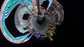 La gente che cammina nel centro urbano storico alla notte video d archivio