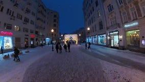 La gente che cammina nel centro urbano storico alla notte stock footage