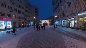 La gente che cammina nel centro urbano storico alla notte archivi video