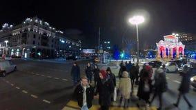 La gente che cammina nel centro urbano storico alla notte vr 360 stock footage