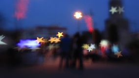 La gente che cammina nel fondo di notte della città stock footage