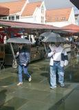 La gente che cammina nel mercato di Bergen Immagini Stock