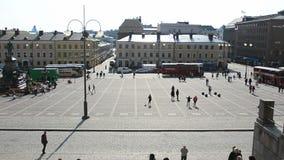 La gente che cammina nel quadrato del senato di Helsinki stock footage