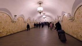 La gente che cammina nel transito in sottopassaggio archivi video