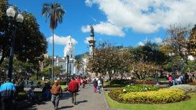 La gente che cammina nell'indipendenza quadra nel centro storico di Quito Immagini Stock Libere da Diritti