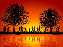 La gente che cammina nella campagna Immagine Stock