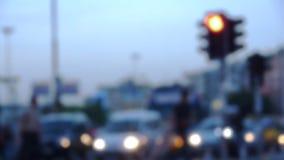 La gente che cammina nella città con traffico archivi video