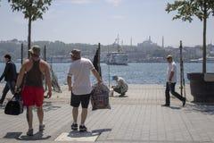 La gente che cammina nella costa di Karakoy immagine stock