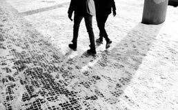 La gente che cammina nella neve di inverno Fotografia Stock Libera da Diritti