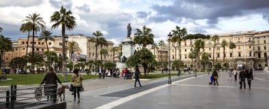 La gente che cammina nella piazza Cavour un giorno di inverno fotografia stock libera da diritti