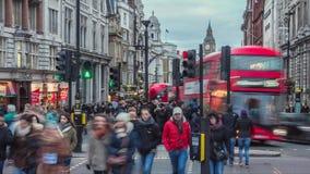 La gente che cammina nelle vie di Londra video d archivio