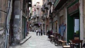 La gente che cammina nelle vie di Palermo video d archivio