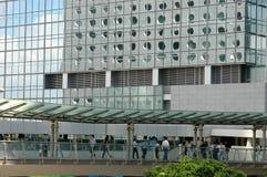 La gente che cammina su un ponticello giù in città Fotografia Stock Libera da Diritti