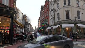 La gente che cammina su una strada affollata a Dublino stock footage