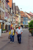 La gente che cammina su una via a Colmar Fotografia Stock