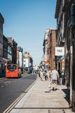 La gente che cammina su una via a Richmond, Londra, Regno Unito immagini stock