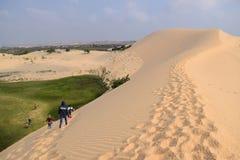 La gente che cammina sul deserto Fotografia Stock