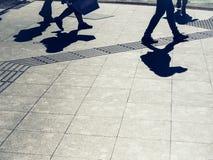 La gente che cammina sul fondo urbano di stile di vita della città della via immagine stock libera da diritti