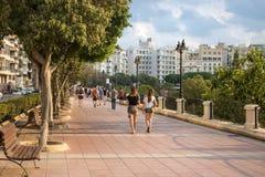 La gente che cammina sul marciapiede a Malta fotografia stock libera da diritti