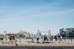 La gente che cammina sul ponte di Londra, Londra, Regno Unito fotografia stock libera da diritti