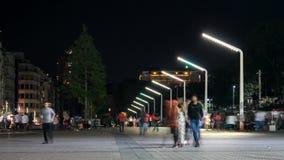 La gente che cammina sul quadrato di città al video di intervallo di notte - quadrato di Costantinopoli Taksim video d archivio