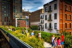 La gente che cammina sull'alta linea, in Manhattan, New York Immagine Stock Libera da Diritti