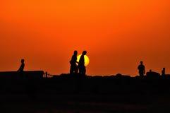 La gente che cammina sull'insieme del sole Immagini Stock Libere da Diritti