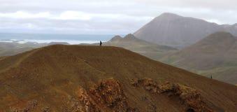 La gente che cammina sulla cresta del cratere di Viti, Krafla, Islanda immagini stock libere da diritti