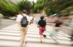 La gente che cammina sulla grande via della città Fotografia Stock Libera da Diritti