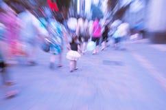 La gente che cammina sulla grande via della città Fotografia Stock