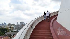 La gente che cammina sulla pagoda dorata della montagna, hyperlapse archivi video